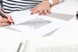 Susann Knecht schreibt mit Federhalter